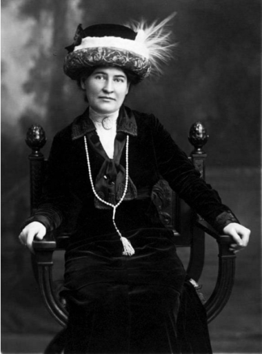 https://en.wikipedia.org/wiki/File:Willa_Cather_ca._1912_wearing_necklace_from_Sarah_Orne_Jewett.jpg#filelinks